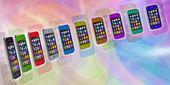 Renkli arka plan üzerinde birkaç dokunmatik ekran smartphone. hücre sm — Stok fotoğraf