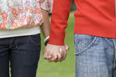 пары, взявшись за руки — Стоковое фото