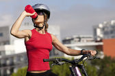 женщина питьевой воды — Стоковое фото