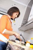 женщина готовит ее здоровый завтрак — Стоковое фото
