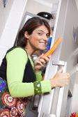 Vrouw open de ijskastdeur — Stockfoto