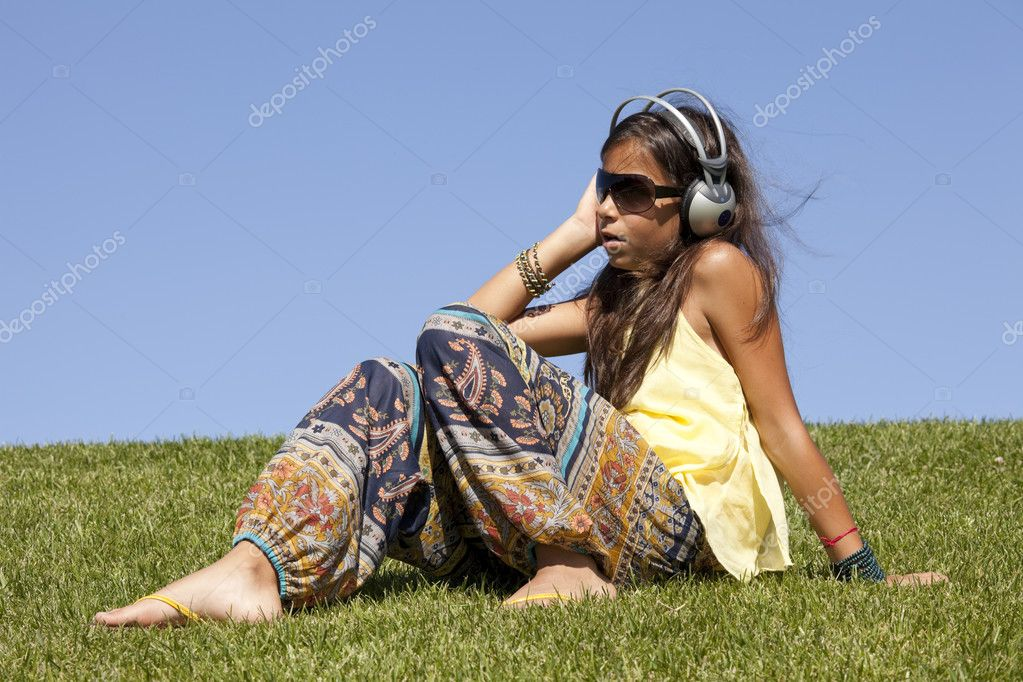 Young female child listening music outdoor — Stock Photo #8629522