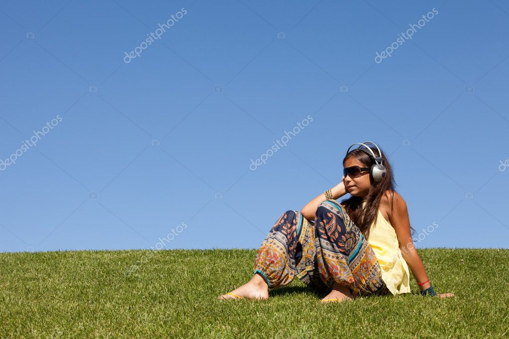 Young female child listening music outdoor — Stock Photo #8629524