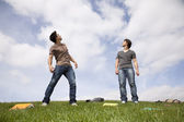 Teenager students outside looking up to the sky — Stock Photo