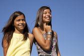 Felice sorelle all'aperto — Foto Stock