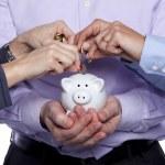 inserción de dinero en la alcancía de manos — Foto de Stock