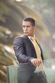 Moderna affärsman på office balkongen — Stockfoto