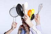 Mãos segurando ferramentas de utensílios de cozinha — Foto Stock