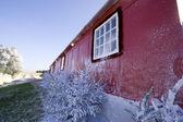 Zimní červený dům — Stock fotografie