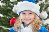 Noel ağacı, neşeli küçük kız — Stok fotoğraf