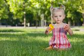 Dziewczynka z zabawkami w parku — Zdjęcie stockowe