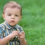 yeşil çim karşı düşünceli bebek portre portre — Stok fotoğraf