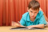 Yakışıklı çocukla ciddi bir kitap — Stok fotoğraf