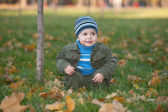Caminando en el parque otoño — Foto de Stock