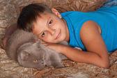 Lachende jongen met een kat — Stockfoto