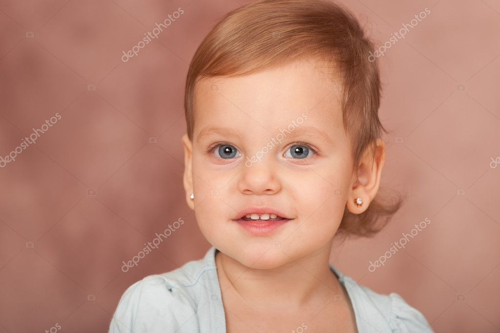 A portrait of a smiling little girl with big grey eyes — Stock Photo #8144240