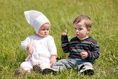 Två småbarn på det gröna gräset — Stockfoto