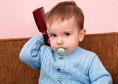 Criança com um pente — Foto Stock
