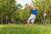 公園の芝生の上の練習 — ストック写真