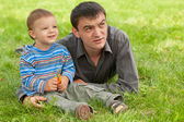 Dad and son discovering the world — Stock Photo