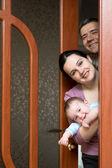 Familjen ser ut genom dörren — Stockfoto