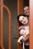 Family is looking out of the door — Stockfoto