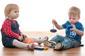 Two toddlers are playing with blocks — Stock Photo