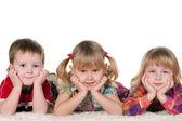 трое детей на ковер — Стоковое фото