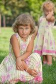 Irmãs no parque de verão — Foto Stock