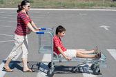 Familie voor een weekend winkelen gaan — Stockfoto