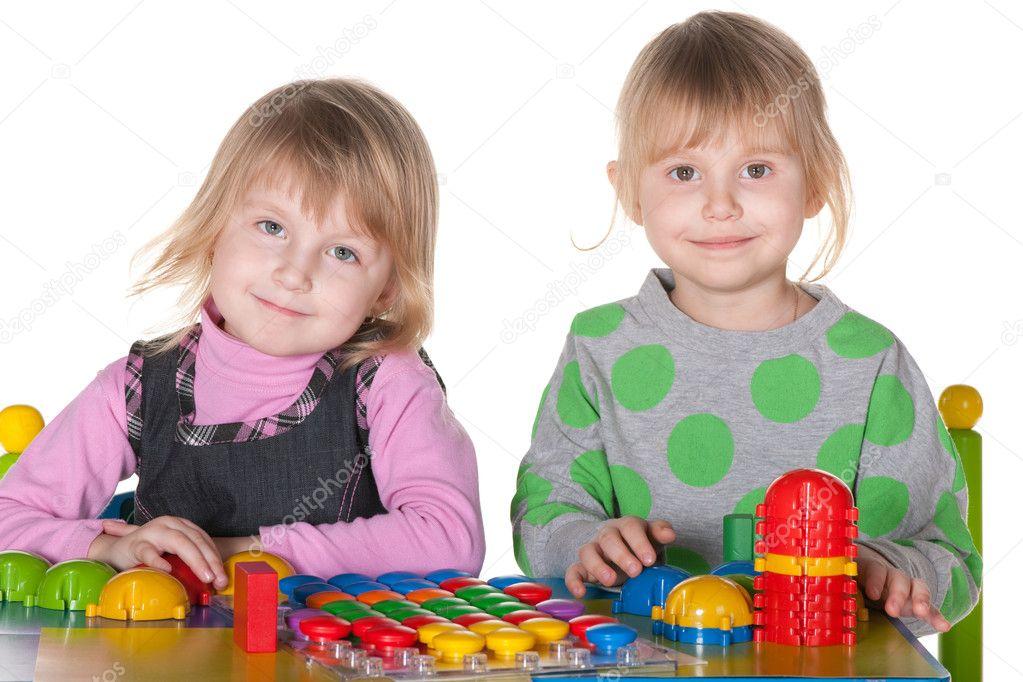 Две девушки и парень плюс игрушки фото 739-251