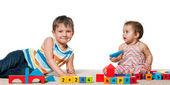 Ragazzo sorridente e una bambina con blocchi — Foto Stock