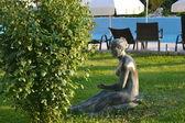 Statue féminine assis sur l'herbe — Photo