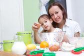 Madre e figlia, bakeing in cucina — Foto Stock