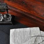 antico scrittoio con calamaio cristallo — Foto Stock