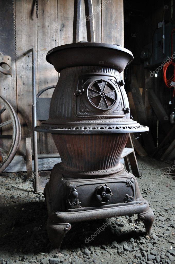 Antieke dikbuikige houtkachel en ontwerp  u2014 Stockfoto  u00a9 9and3quarters #8628441