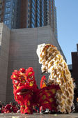 Lion dancers perform at Chinese New Year festivities — Stock Photo