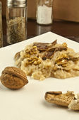 Risotto con funghi e noci — Stock Photo