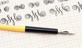 Kaligrafi kalemi ve çalışma — Stok fotoğraf