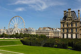 Park outside the Louvre in Paris. Ferris wheel at Jardin de Tuil — Stock Photo
