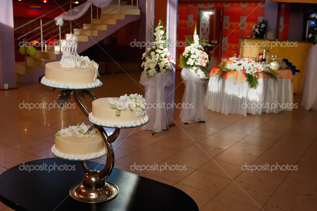 Wedding cake with flowers and the figure of a swan — Stock Photo #10495140