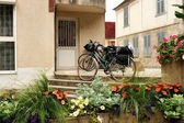 Tonnerre. Two bicycles at the entrance to the house — Stock Photo
