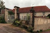 老房子在街头 cruzy-le-法国、 勃艮第、 法国 — 图库照片