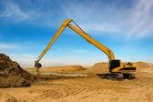 оранжевый экскаватор на строительства ирригационного канала в пустыне — Стоковое фото