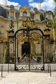 Palace with gilt gate on the Champs-Elysees. Paris. — Stock Photo