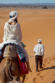 Caravan of tourists in desert — Stock Photo