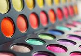 Colore impostato sfumature per un make-up degli occhi con un pennello — Foto Stock