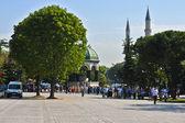 Hippodromen i istanbul med turister — Stockfoto