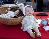 Flea market. Vintage dolls. — Stock Photo
