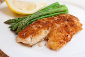 Fried breaded fish with asparagus and lemon — ストック写真